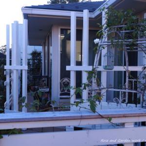 白いフェンスとパーゴラ。バラの庭づくり・杉並区のガーデンより