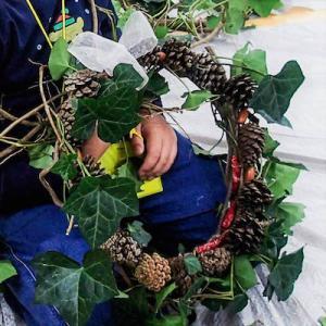今日のテーマは「自然の素材で、クリスマスリースを作ろう!」です。「ふくるる森のようちえん」