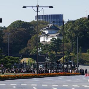 「祝賀御列の儀」のパレードの約1時間前の馬場先門交差点で