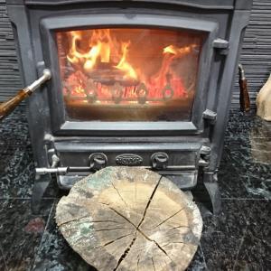 急に寒くなった!コロ薪が良く燃える。