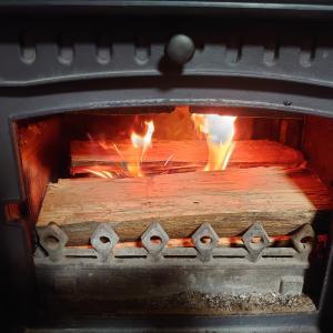 焚き付け用の小割 薪ストーブで焼き餅に砂糖醤油。