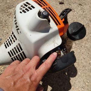 田舎なのに暑い!取り柄がなくて申し訳ない。それと、草刈り機の故障。