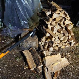 久し振りに自家用薪を斧で手割りして作ったよ。