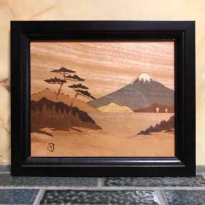 寄木細工で作られた父との思い出の富士山を