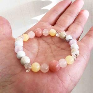 ピンクオパール入り天然石ブレスレットに水晶さざれ石を入れてみました