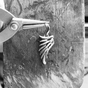 翼をモチーフにしたシルバーペンダントを制作中