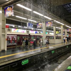 梅田駅ホームに滝が