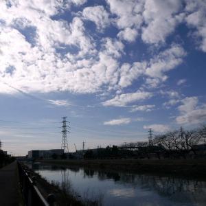 弧を描く消滅飛行機雲