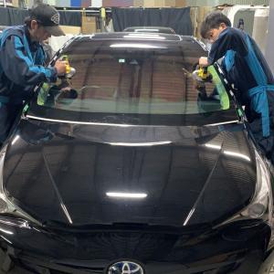 広島 自動車フロントガラス交換☆プリウス☆UVカットソーラーガラス・エーミング・光反射フィルム