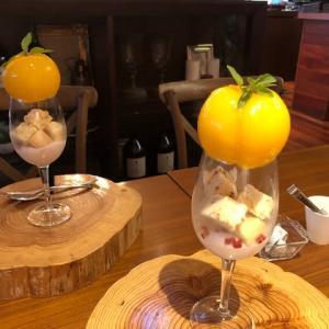 桃、丸ごと使ったパフェ
