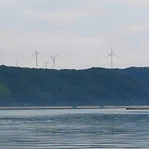 上場大地に巨大風車が林立