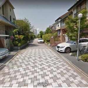 【画像】日本人「土地が高すぎて十分な駐車スペースが確保できない・・・せや!!w」→