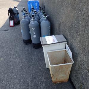 岸壁にゴミ箱を設置しました。