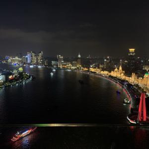 上海のマニフィックな夜景を見ながら。。