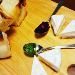 きのうのおつまみ  パンのお供 バジルソースとブラックベリージャム