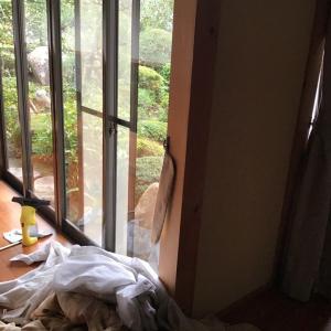 窓拭きの途中に縁側でかく