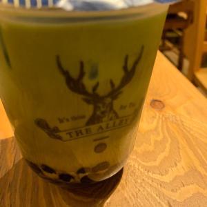 ジアレイのタピオカ抹茶ミルクとサラダ。