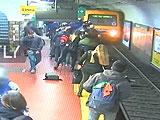 【動画】 男性に押された女性が線路に転落して気を失い、直後に列車が! その運命は・・