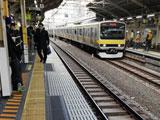 【画像】 代々木駅で人身事故 「目の前で」「アカンやつ」「中央あたりにブルーシート」 緊急車両集結で騒然