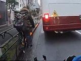【動画】 自転車に幅寄せする危険運転のバスを叩いたらドライバーが出てきて小競り合いの衝撃動画が話題に