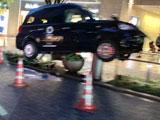 【動画】 どうしてこうなった・・ 六本木ヒルズでタクシーが宙に浮かぶ衝撃事故 「現代アートのようだ」と騒然