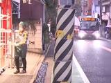新宿で歩行者と車トラブル 振り落とされた男性が電柱に衝突し意識不明の重体