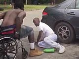 【動画】 車椅子の男が健常者をノックアウトしてしまう衝撃動画が流出
