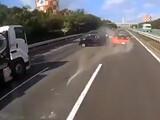 「ドリキン」土屋圭市氏が首都高ポルシェ事故の動画を分析「トラックの車線変更は…」