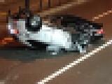 【画像】 25号線で衝撃事件 パトカーに追われた車がぶつかりながら横転し大破、犯人確保の瞬間が激写される