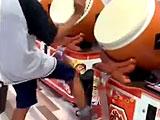 【動画】 太鼓の達人で蹴り、台パン、バチ投げ・・ とんでもないクソガキの動画が流出し衝撃走る