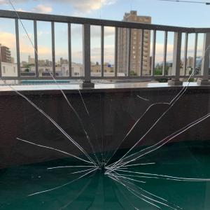 ガラス割った事件