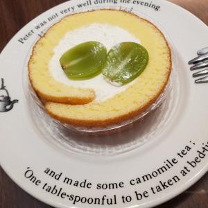 五連勤のお給料とシャトレーゼのシャインマスカットロールケーキ