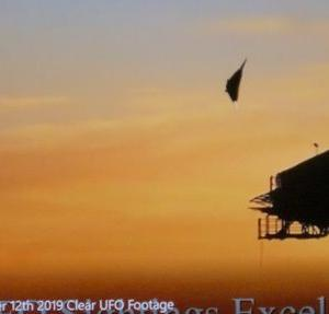 変わった形のUFO 別編 (EB8:軍艦からスクランブル発進したヘリとUFO)
