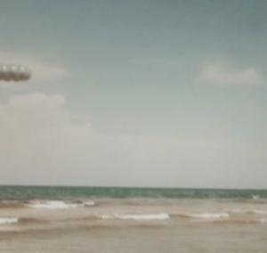 変わった形のUFO 別編 (FA52:海に飛び込むUFO)