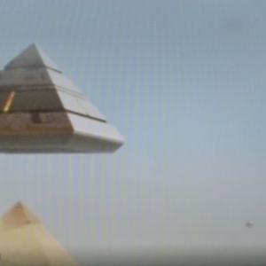 変わった形のUFO 別編 (IE 15:ピラミッドに被さるUFO)