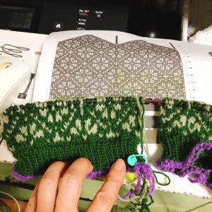 編み込みレッグウォーマー編み始めました