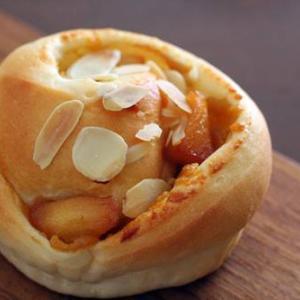 カラメルりんごと安納芋のくるくるパン