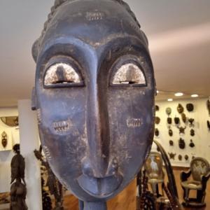 アルーシャで年季の入ったアフリカ美術彫刻の沼にハマるー仮面たちに見つめられ。。脱出できるか!?