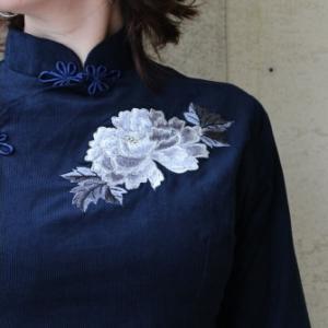 牡丹刺繍のクールなチャイナ服と美しき季節。