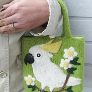 再確認しましょう。 キバタンの羊毛フェルトバッグ