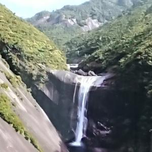 これが屋久島千尋の滝 島全体が巨大な花崗岩でできている