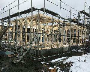 雪の前に柱建て