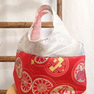 ころんとしたデザインのラウンドバッグ