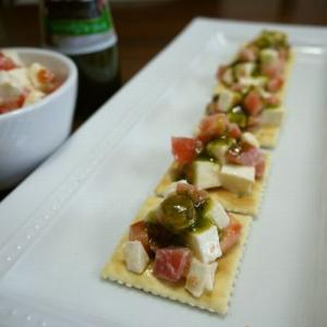【簡単レシピ】トマトとモッツァレラのバジルクラッカー♪