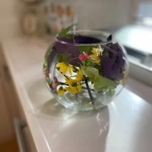 ガラスベースに、家の中にも花を。。。