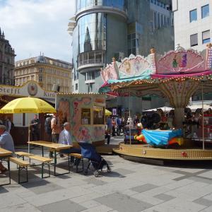 シュテファン広場のお祭り(キアターク)
