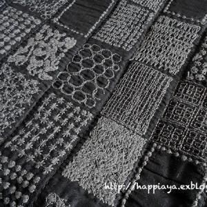黒刺しゅう布のバッグ