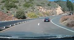 高速道路をかっ飛ばすポルシェ ボクスターがうっかりクラッシュ!
