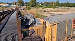 車を載せた貨物列車が低すぎる橋の下を通ってしまい被害額2億円