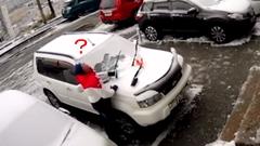 車の雪かき中にコンクリート片が落ちてくる危機一髪動画